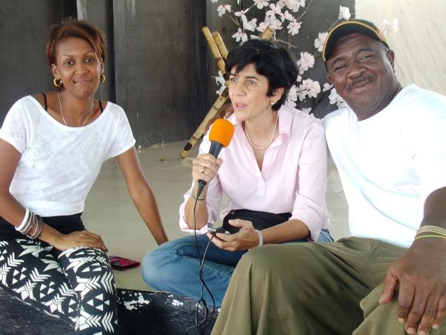 """Marisela Valero grabando desde Tacarigua de Brion con María Dolores Machado y el popular """"Café"""". Foto Juan Ramón Colina"""