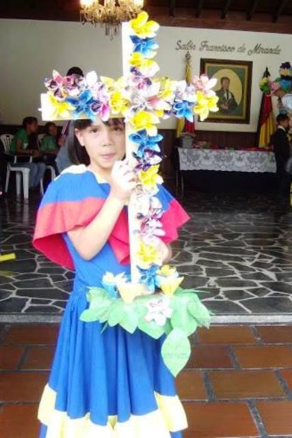 Los niños aprenden desde pequeños a adornar sus cruces con material reutilizado
