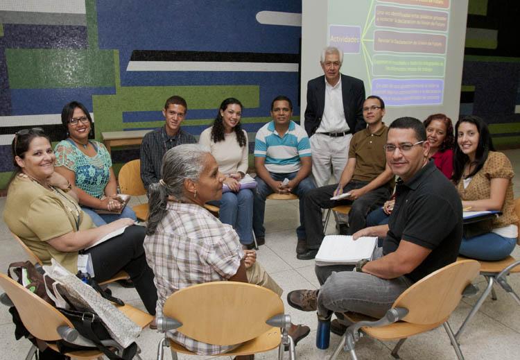 El profesor Siem con alumnos de Taller de Sustentabilidad