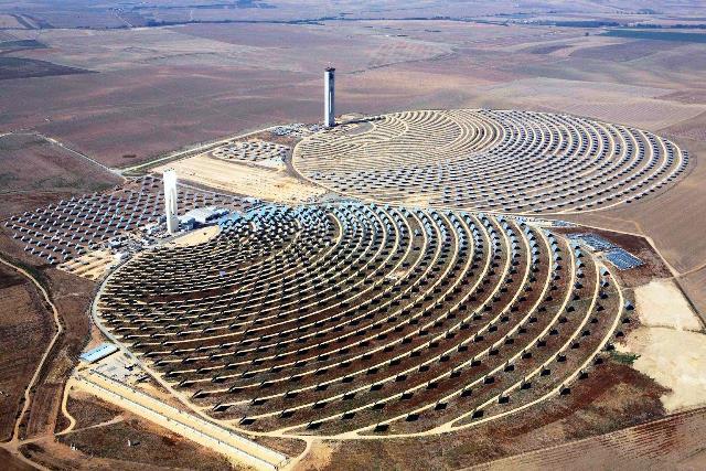La planta de generación electrica a partir de energía solar más grande el mundo está en el desierto Mojave, en California, EEUU. Es propiedad de NRG Energy Inc., Google Inc. y BrightSource Energy y tiene una capacidad de producción de 400 megavatios, que suministran energía a 140.000 hogares