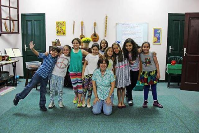 Annely Keller con algunos alumnos