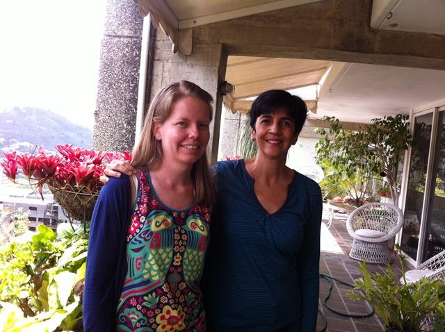 Adriana Humanes con Marisela Valero entrevistada en su casa