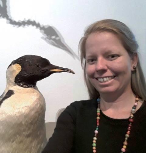 Adriana se familiariza con su viaje junto a este pinguino