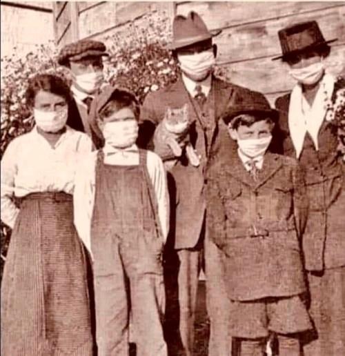 Familia californiana usando máscaras durante la gripe española (tomado de: http://spanishflu.canadiangeographic.ca/fr/photo-gallery/)