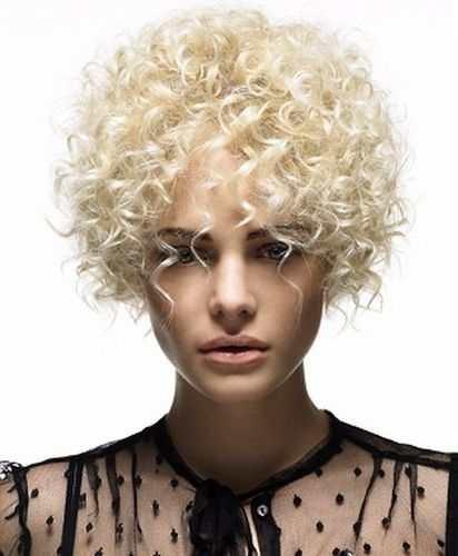 Hår krøller kort Korte frisyrer
