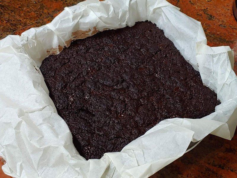 Torta de brownie vegano con chocolate negro fácil