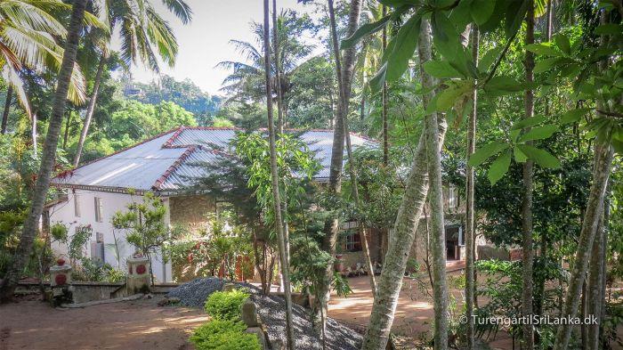 På vejen til Ravana Ella Cave, kommer man forbi et lille buddhistisk kloster