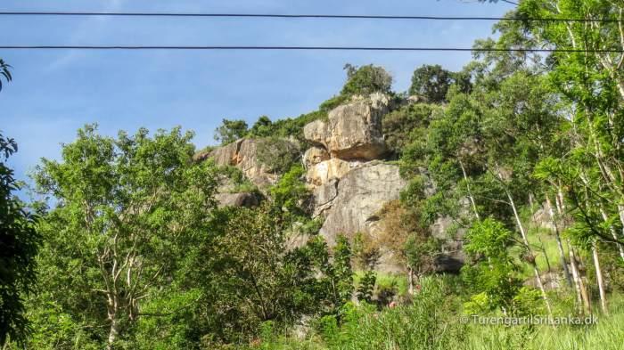Vejen op imod Ravana Cave begynder her