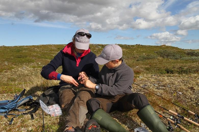 Mathias og mamma øver på fiskeknute