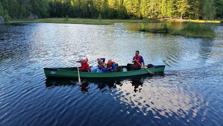 Familien Raknes ankommer Camp Turgutta og har med seg telt og poser