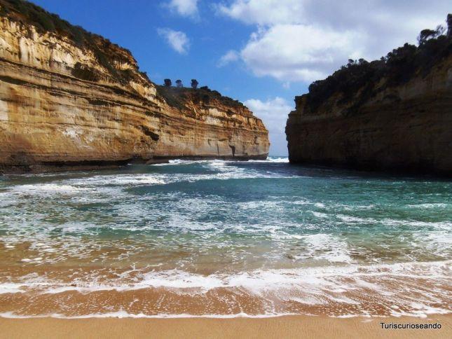Los Doce Apóstoles vistos desde la playa con un sol radiante.