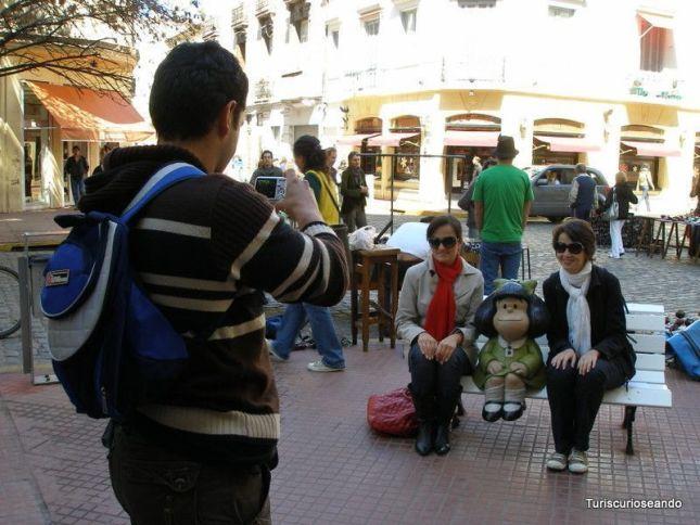 Personas posando con Mafalda en el Barrio de San Telmo