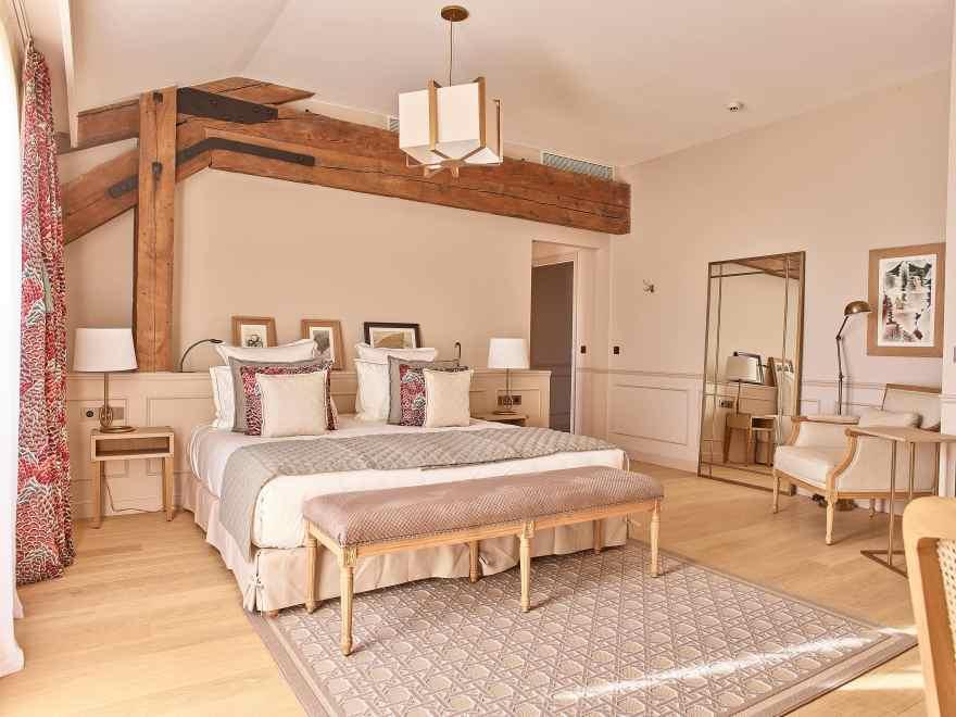 Både værelser og suiter er holdt i et gyldent farvespil, der skal minde om farven på cognac. (PR-foto)