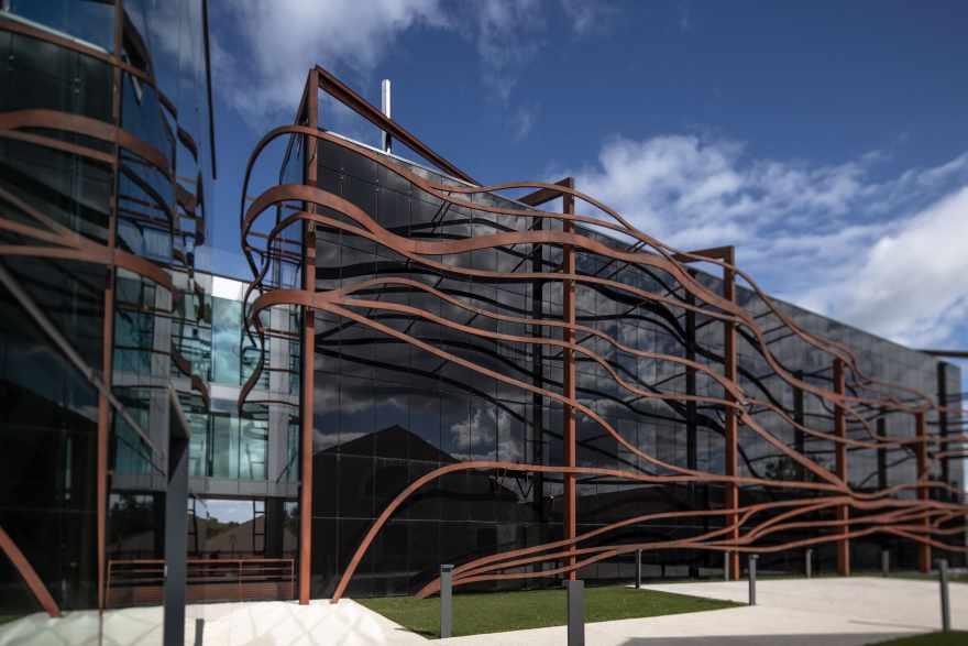Didier Poignant har designet de moderne tilbygninger til at spejle sig i de omkringliggende vinmarker. (PR-foto)
