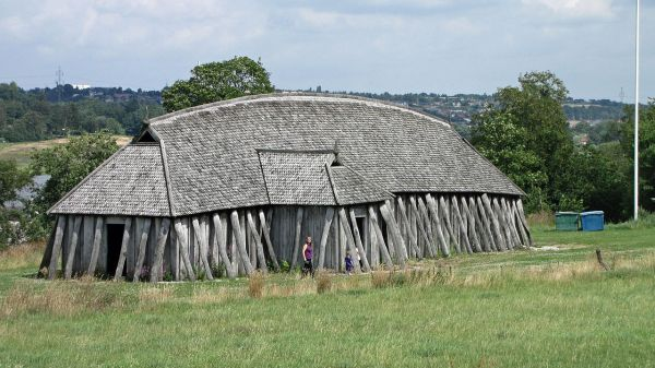 Langhus i vikingetidens ringborg, Fyrkat. (Foto: Wikimedia Commons/Martin8381)