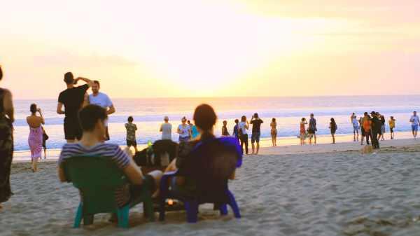 Solnedgang ved stranden (Arkivfoto: Adi Rahman)
