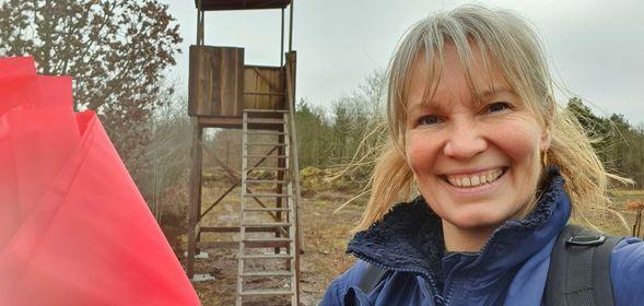 Sabine Jensen, naturvejleder ved Ringkøbing-Skjern Museum afmærker pop-up-ruterne og laver samtidig små guide-film til Facebook. (Foto: Sabine Jensen)