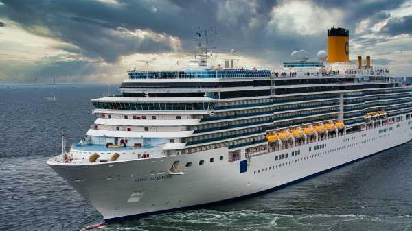 Costa Luminosa i Københavns Havn. Turismeekspert Doug Lansky mener, at København skal gå forrest og indføre en grænse for antallet af krydstogtskibe. (Arkivfoto: Daniele d'Andreti)