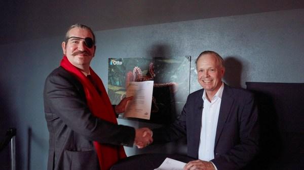 Niklas Nikolajsen von Karlshof, founder af Bitcoin Suisse, overrakte i dag en donation til blæksprutten Otto på 560.000 danske kroner til direktøren for Den Blå Planet, Danmarks Akvarium, Jon Diderichsen.