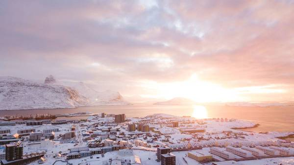 Solopgang over Nuuk. (Foto: Aningaaq R. Carlsen/VisitGreenland)