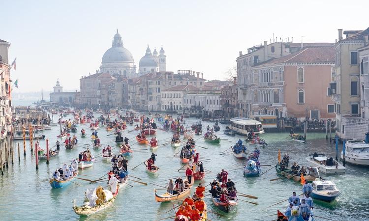 barcos no carnaval em veneza