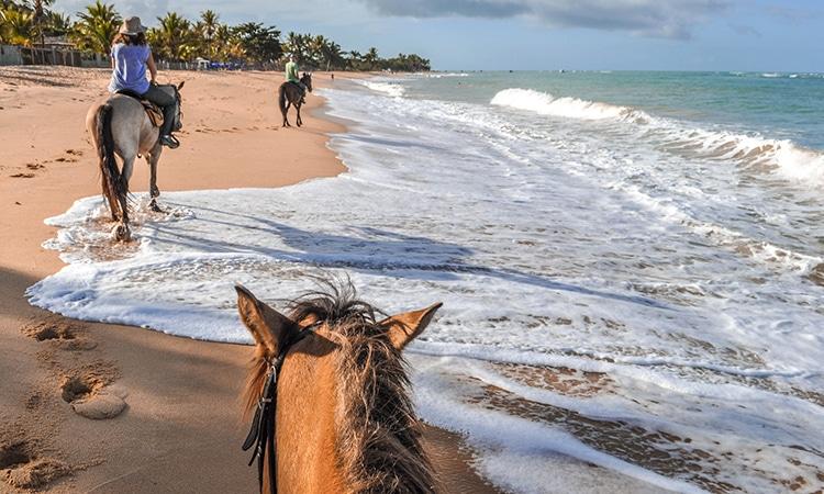 Andar de cavalo na praia em Portugal