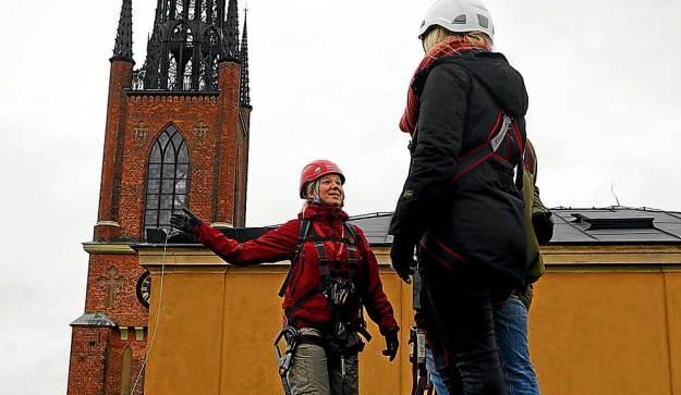 Una emocionante caminata a cuarenta metros de altura explora las azoteas de edificios. Dotados de arneses y cuerdas, los aventureros buscan una mirada atípica de la ciudad europea.