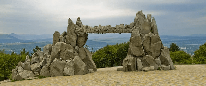 Ворота любви (ворота солнца) в Пятигорске