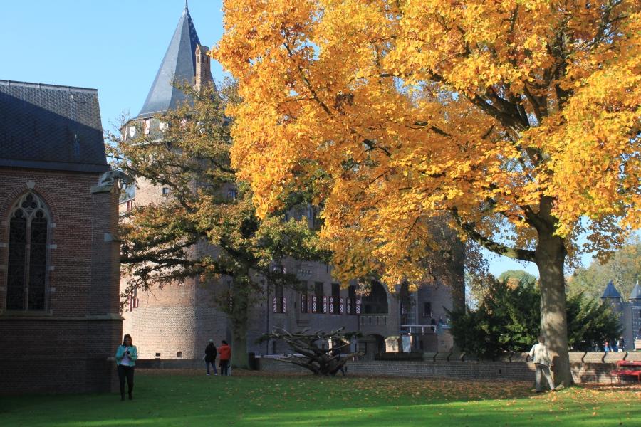 As lindas cores de outono enfeitando o parque do Kasteel De Haar na província de Utrecht.