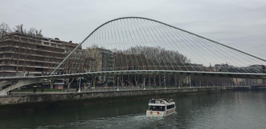 Roteiro de 3 dias em Bilbao: Ponte Zubizuri de Santiago Calatrava.