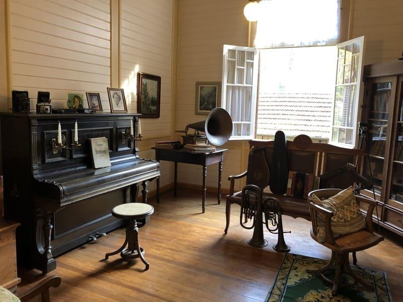 Sala de música e escritório da Família Franzen no Castelinho Caracol.