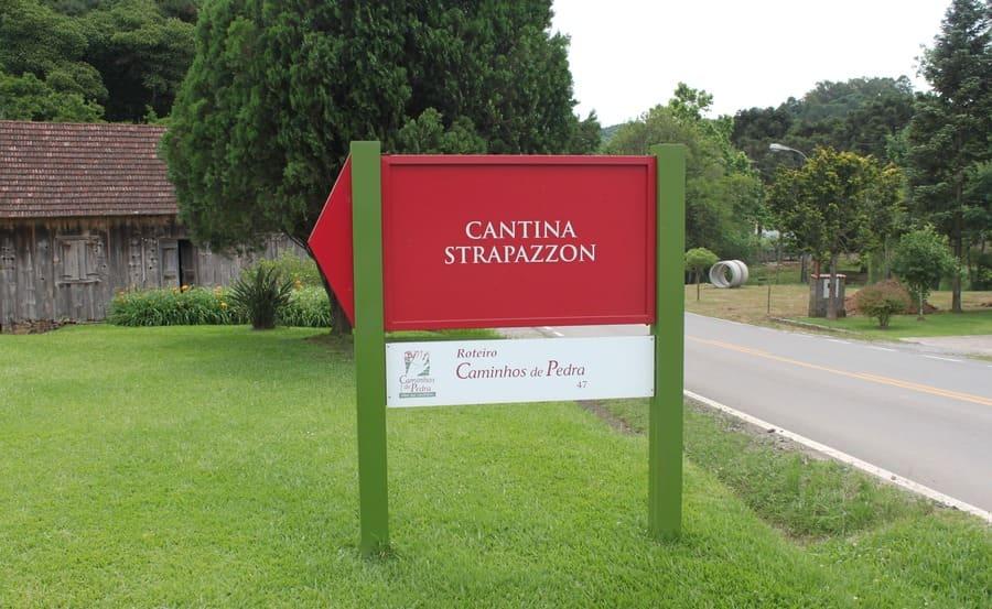 Placa indicativa da Cantina Strapazzon na rota Caminhos de Pedra.