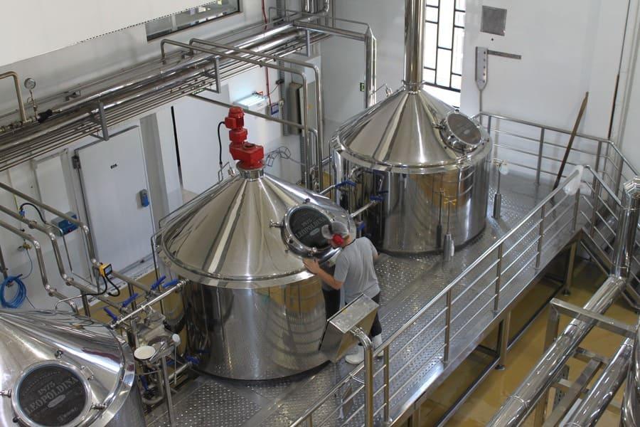 Linha de produção de cervejas artesanais da Cervejaria Leopoldina em Garibaldi.