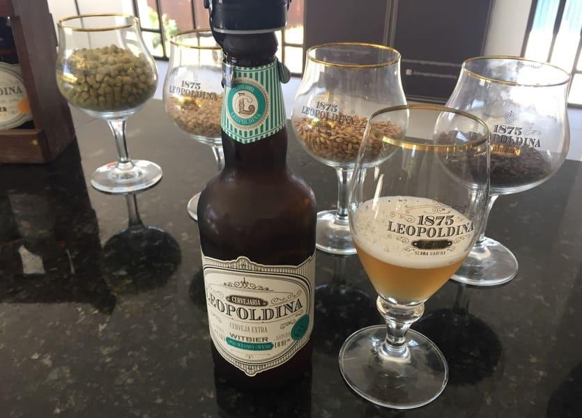 Degustação da cerveja Leopoldina Witbier na Cervejaria Leopoldina em Garibaldi.