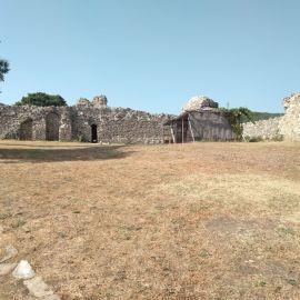 крепост Мезек - дворът на крепостта