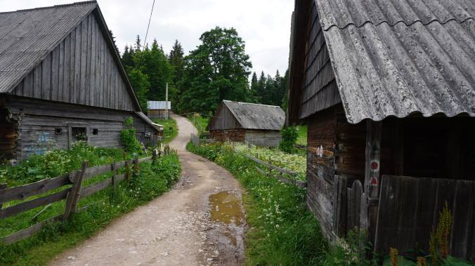 Pestera Ursilor si Scarisoara - houses