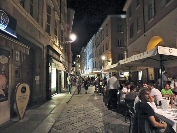 Via Solferini popolata da bar e ristorantini