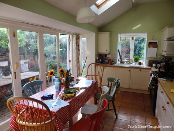 La nostra cucina con verdure fresche dall'orto, libri e consigli per visitare Oxford