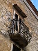 Un balconcino a San Fele con ringhiera