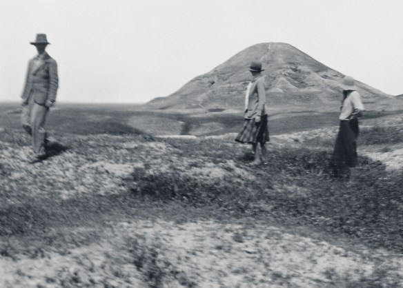 Max-Mallowan-Barbara-Campbell-Thompson-and-Agatha-Christie-visiting-Nimrud-during-the-excavation-at-Nineveh-in-1931-32