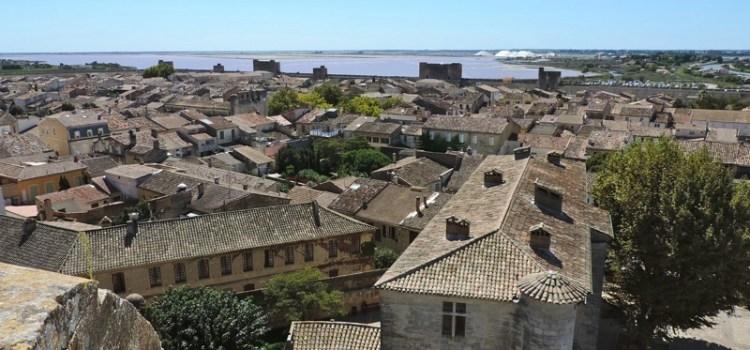 I bastioni di Aigues Mortes, borgo fortificato nato dalle sabbie delle paludi tra Linguadoca e Camargue
