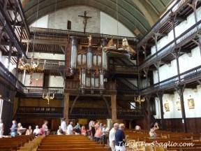 Ballatoio in legno a 3 piani riservato agli uomini per far entrare quanti più fedeli possibile...