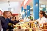 Julio Oubiña probando quesos en la Praza de Abastos de O Grove