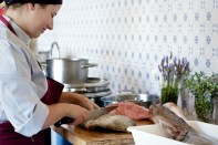Verónica preparando el pescado para el guiso marinero