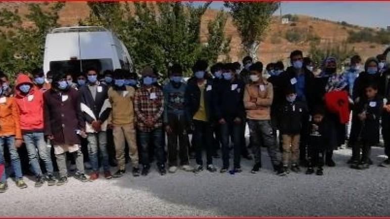 شاهد بالفيديو الشرطة التركية تضبط 72 مهاجر في حافلة صغيرة تتسع لـ 16 شخص خرج منهم 70 شخص