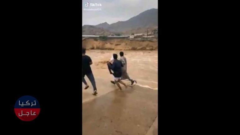 موقف بطولي .. سعودي يلقي بنفسه وسط سيول جارفة في السعودية وينقذ طفل