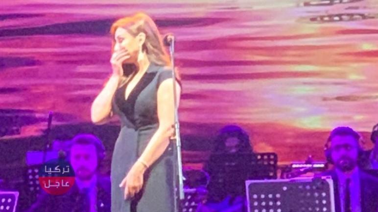 المطربة أنغام تبكي أثناء غنائها على المسرح وتوقف الغناء عدة مرات (فيديو)