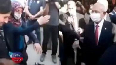 امرأة تُحرج رئيس حزب الشعب الجمهوري المعارض وتطرده (فيديو)