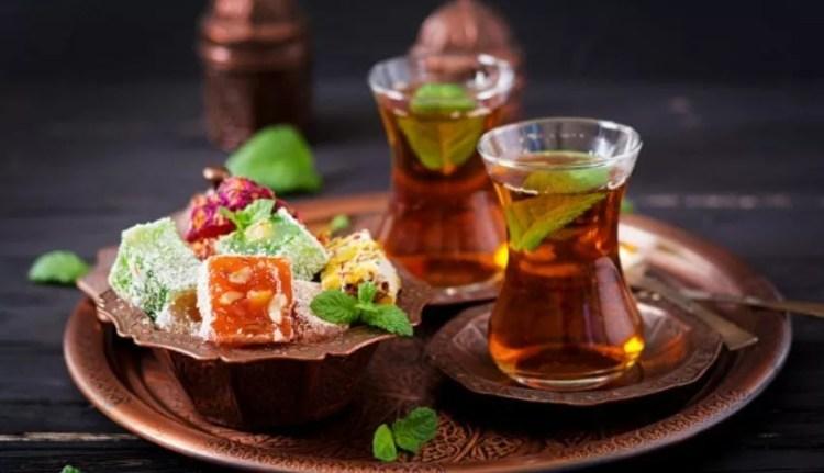حلوى راحة الحلقوم مع شاي
