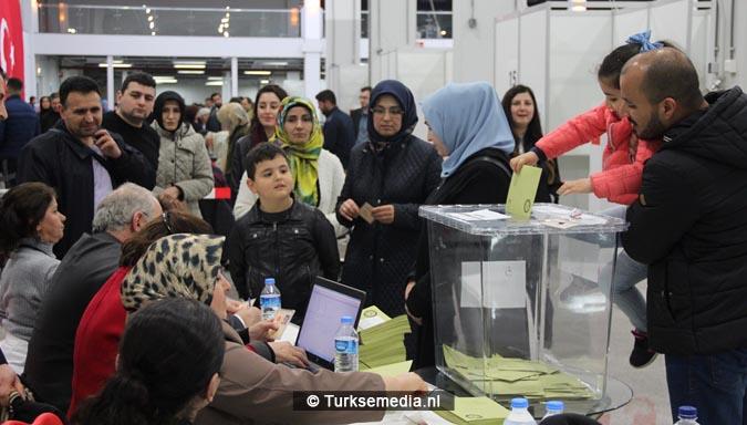 Turkse Nederlanders massaal naar de stembus2